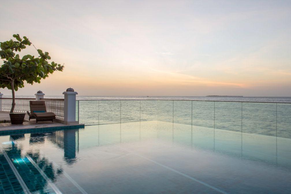 La piscine infinity dominant la plage et l'océan du tout nouveau Park Hyatt Zanzibar.
