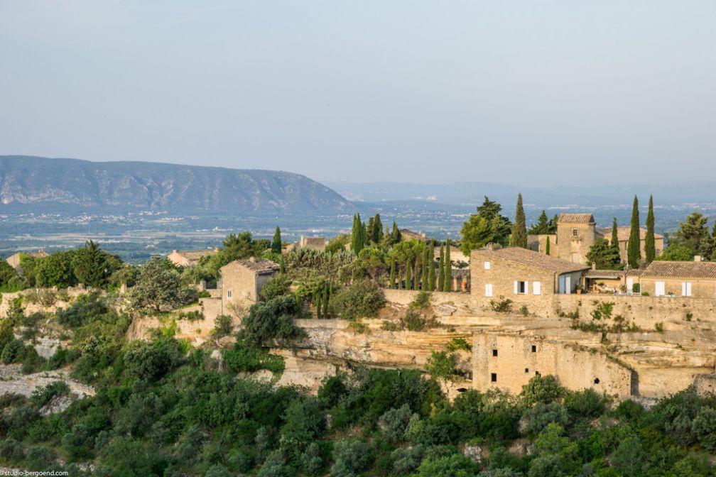 Le village de Gordes, où est établi la bastide éponyme, est considéré comme l'un des plus beaux de Provence.