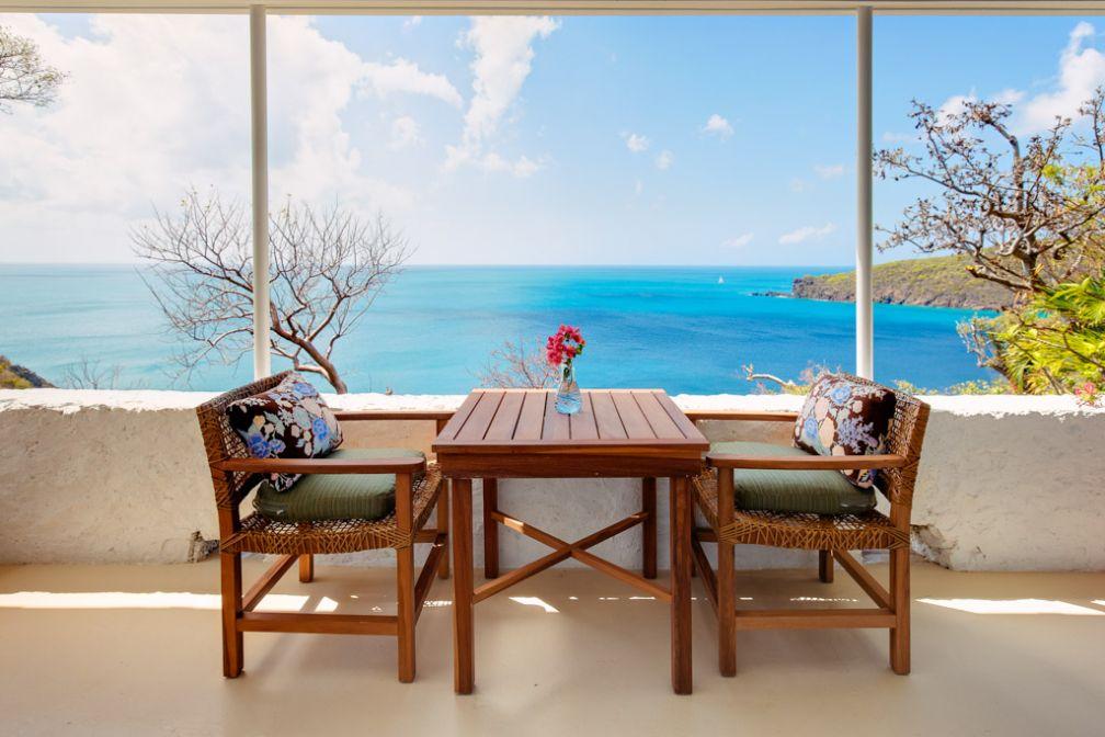 Terrasse avec vue dans l'un des cottages de la très exclusive Guana Island © Guana Island
