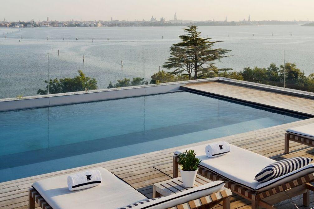 Particularité du tout nouveau JW Marriott à Venise : sa piscine à débordement sur le toit de l'hôte avec vue sur la ville dans le fond © JW Marriott