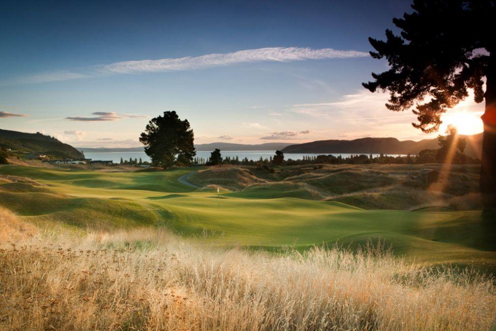 Le 14ème trou du splendide golf du Kinloch Club, en Nouvelle-Zélande © The Kinloch Club