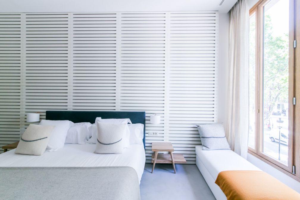 Quatre des neufs chambres de Margot House s'ouvrent sur le Passeig de Gràcia grâce à d'immenses baies vitrées| © Margot House Barcelona
