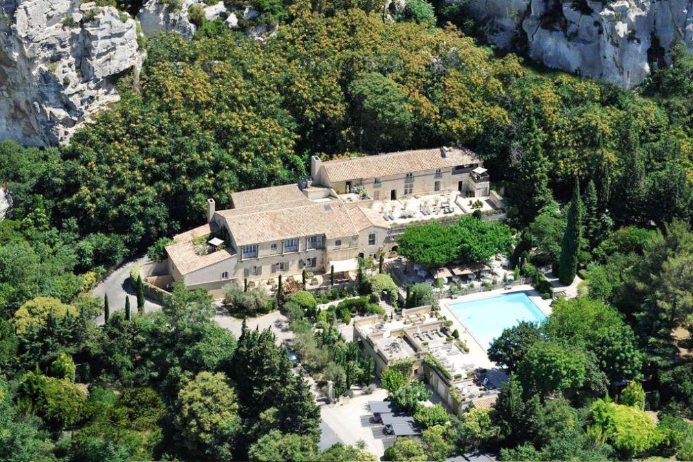 Vue aérienne de l'Oustau de Baumanière, refuge luxueux au pied des roches des Baux-de-Provence | © Baumanière