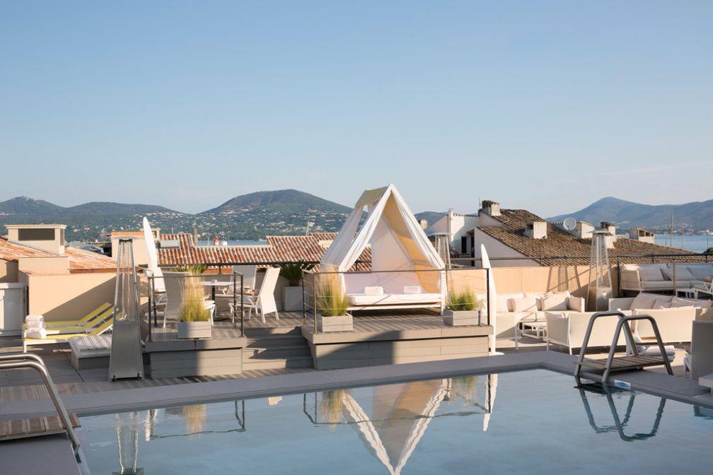 Sur le toit de l'hôtel, une piscine domine les toits du village le plus connu du Var | © Hôtel de Paris Saint-Tropez