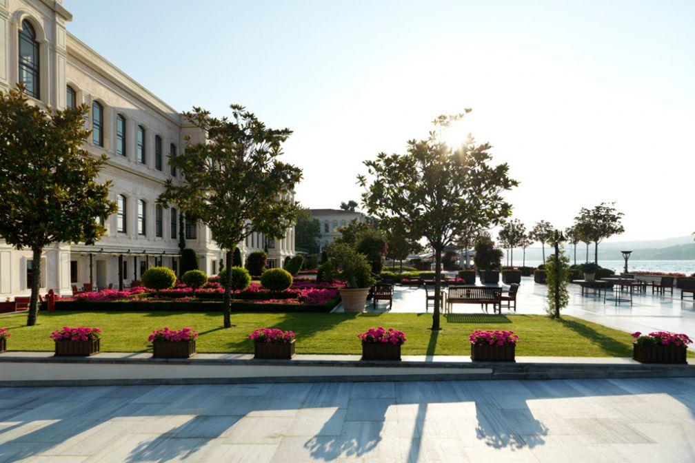 Sur la splendide terrasse du Four Seasons Bosphorus, le long du Bosphore © Four Seasons Hotels & Resorts