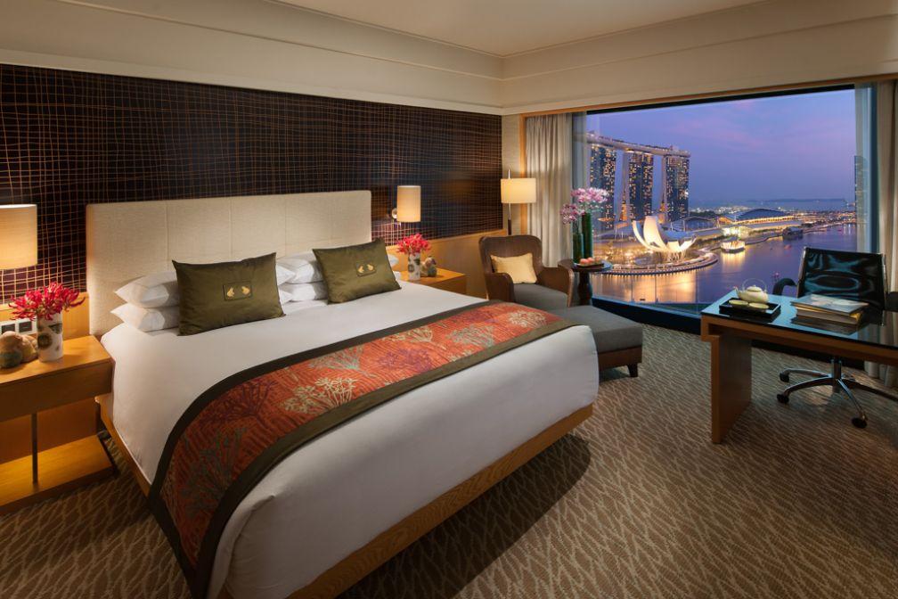 Les chambres Premier Harbour (ou Marina Bay View) offrent des vues spectaculaires sur la baie de Singapour et Marina Bay Sands   © Mandarin Oriental Hotels Group