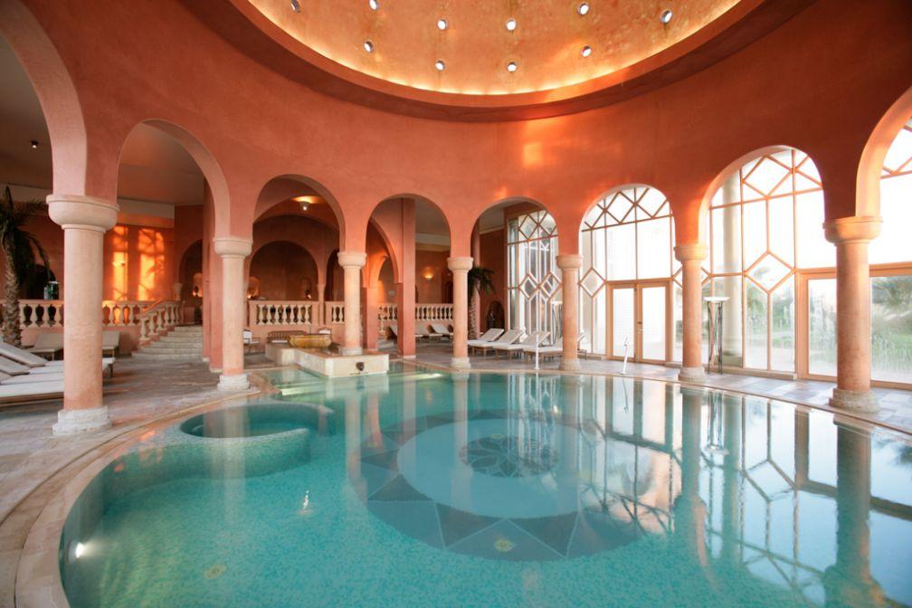 A l'intérieur du centre de thalassothérapie, une grande piscine d'eau salée | © The Residence Tunis