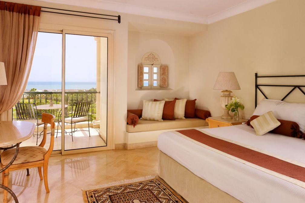 Une chambre Deluxe avec balcon et vue mer | © The Residence Tunis