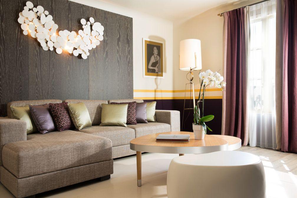 Les suites disposent de vastes salons, séparés de la chambre | © Hôtel de Paris Saint-Tropez