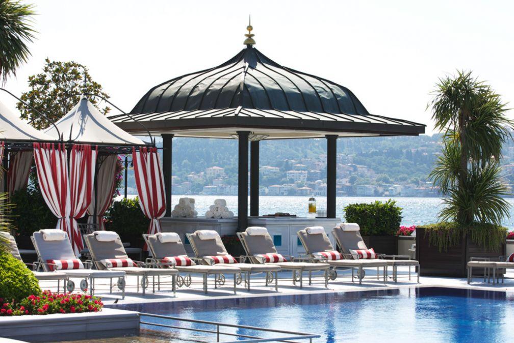 Un petit air de resort au bord de la piscine, elle aussi le long du Bosphore © Four Seasons Hotels & Resorts