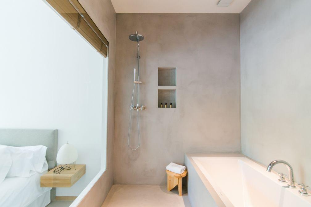 De belles salles de bain avec d'immenses baignoires s'ouvrent sur l'extérieur dans les chambres et suites les plus spacieuses | © Margot House Barcelona