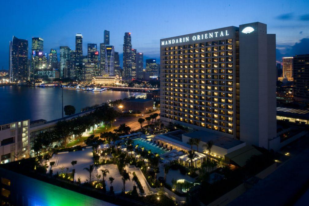 L'hôtel face à la skyline à la tombée de la nuit   © Mandarin Oriental Hotels Group