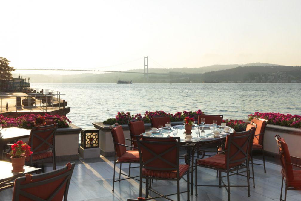Vue sur le Pont Bosphore depuis la terrasse du restaurant Aqua © Four Seasons Hotels & Resorts