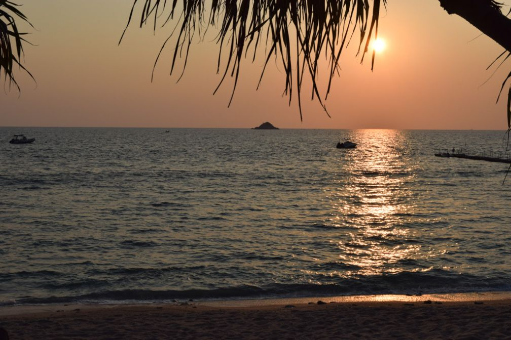 Coucher de soleil sur la plage privée du Trisara | © Yonder.fr