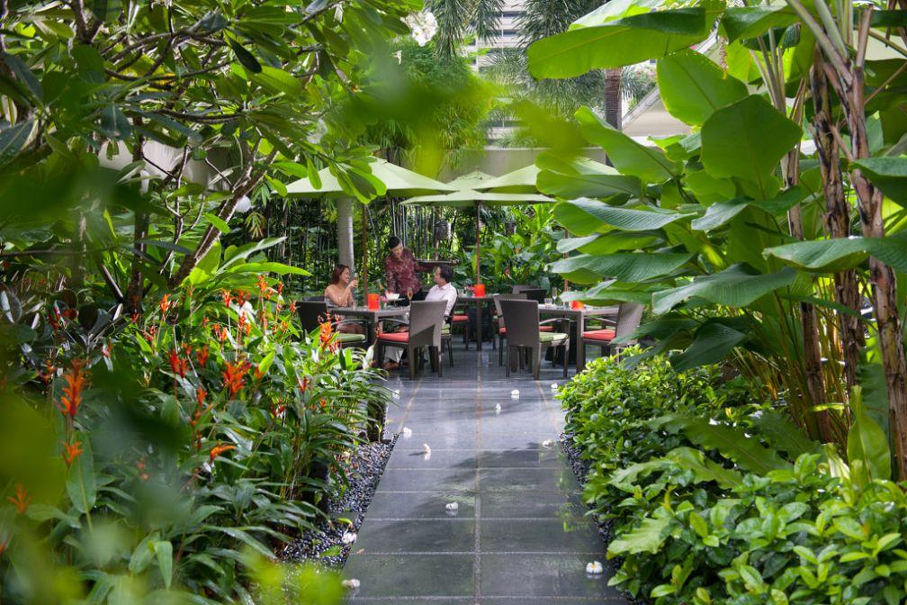 Chaque matin, il est possible de prendre son petit-déjeuner dans l'un des jardins de l'hôtel, ici au restaurant MELT   © Mandarin Oriental Hotels Group
