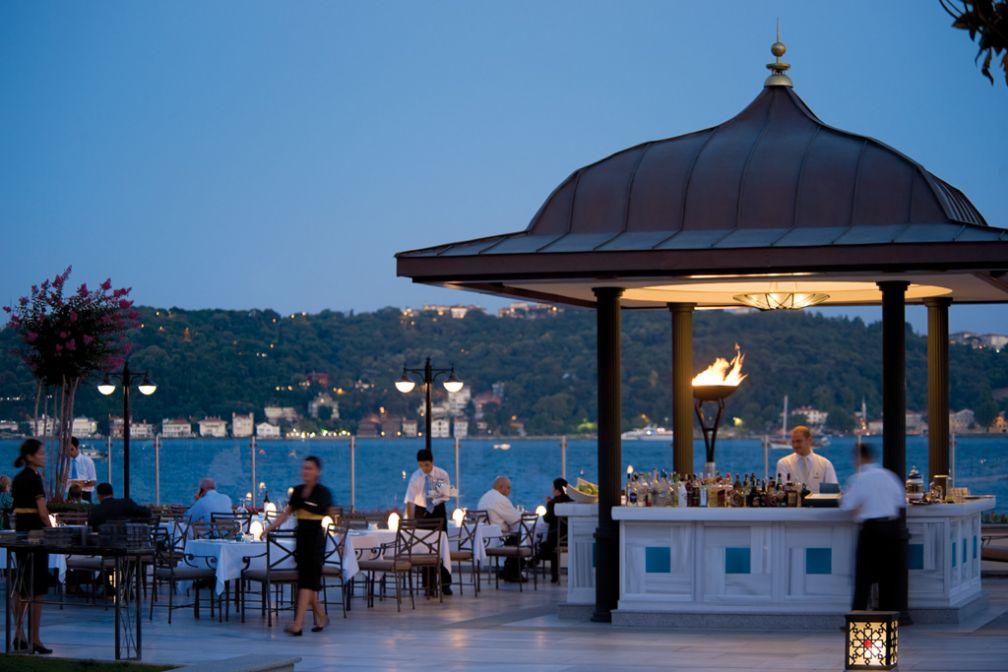 Le restaurant de l'hôtel, Aqua, bénéficie d'une situation de choix au bord du Bosphore © Four Seasons Hotels & Resorts