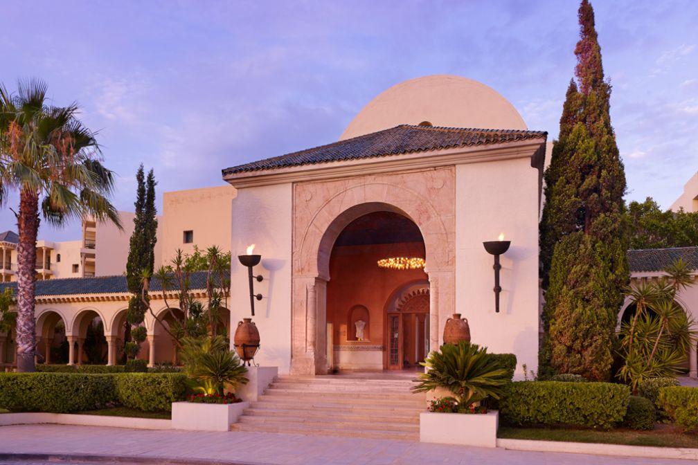 L'entrée de l'hôtel, au crépuscule | © The Residence Tunis