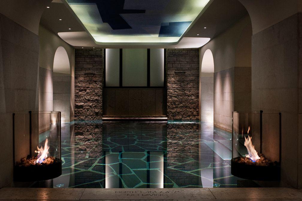 La piscine éclairée aux flambeaux du somptueux Nordic Spa. | © Grand Hôtel Stockholm