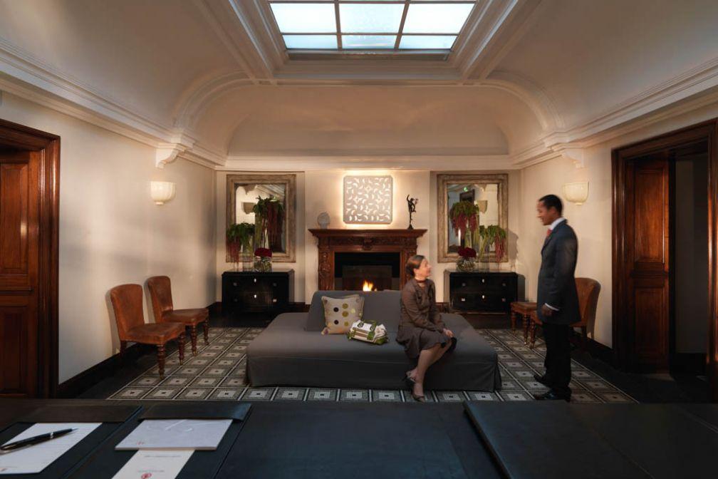 Lobby avec sa cheminée vu depuis la réception | © Rocco Forte Hotels