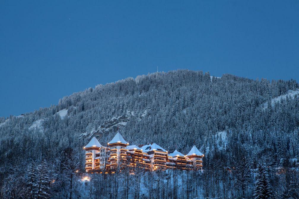 The Alpina Gstaad impose sa silhouette majestueuse sur les hauteurs de Gstaad, l'une des stations de ski les plus chics du monde | © The Alpina Gstaad