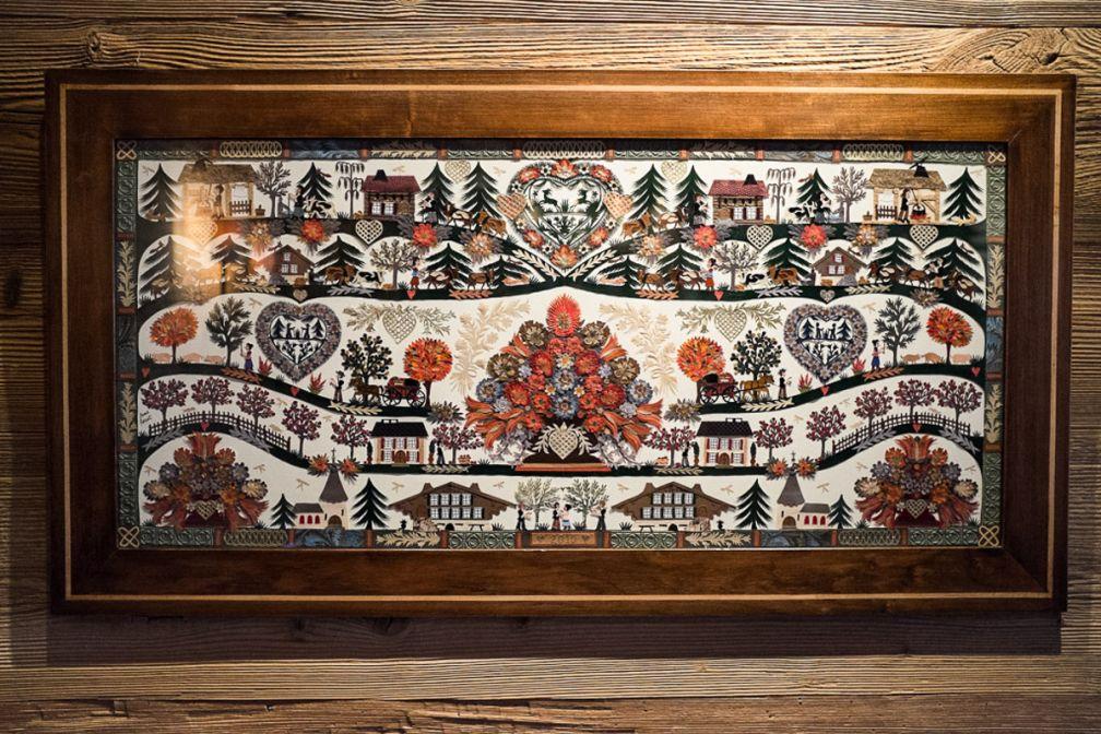 Les découpages traditionnels de la région, les Scherenschnitte, décorent tout l'hôtel. Ici, un magnifique original par Anne Rosat, que l'on retrouve dans la Panorama Suite | © Yonder.fr