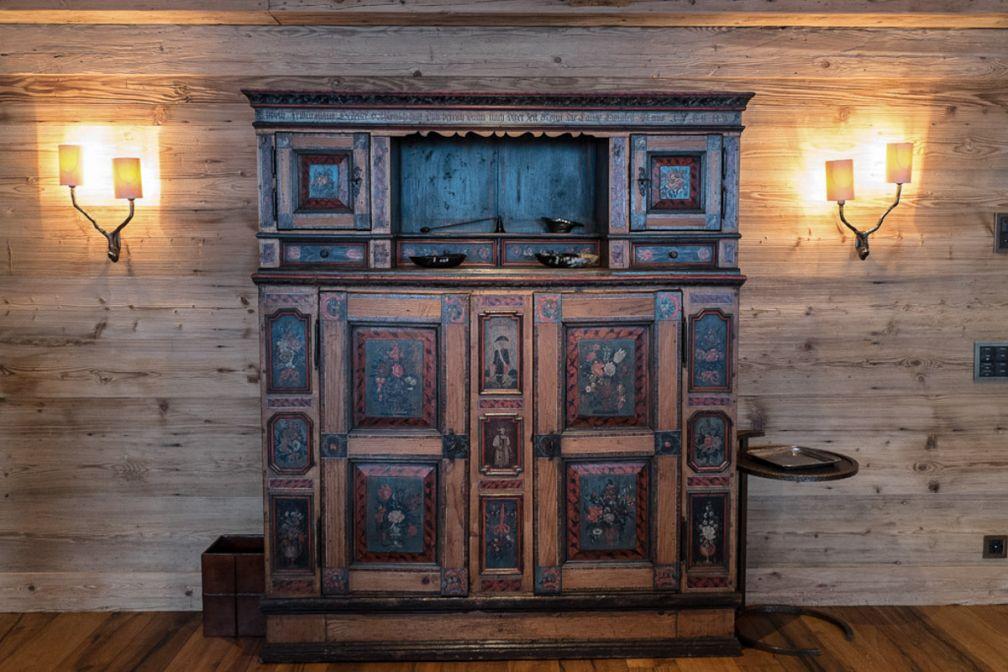Un soin tout particulier a été apporté au mobilier come en témoigne ces superbes meubles d'époque dans les suites de l'établissement | © Yonder.fr