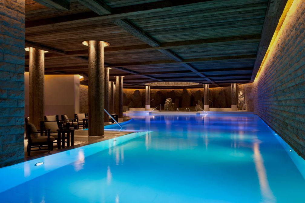 Une piscine de 25 mètres attend les hôtes de l'Alpina au sein du spa Six Senses | © The Alpina Gstaad