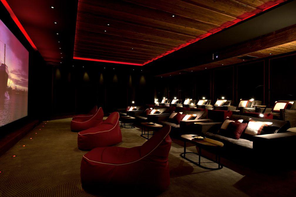 Une salle de cinéma de 18 places ultra confortable (sofas, poufs…) peut-être privatisée sur demande | © The Alpina Gstaad