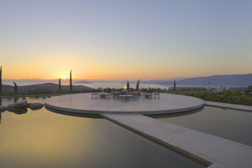 L'une des spectaculaires terrasses de l'Amanzoe, le resort ultra chic d'Aman en Grèce