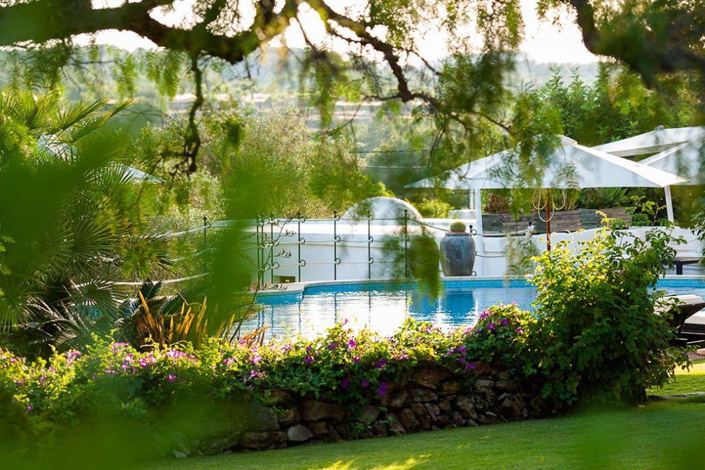 La piscine dans les jardins de l'hôtel, un véritable havre de paix