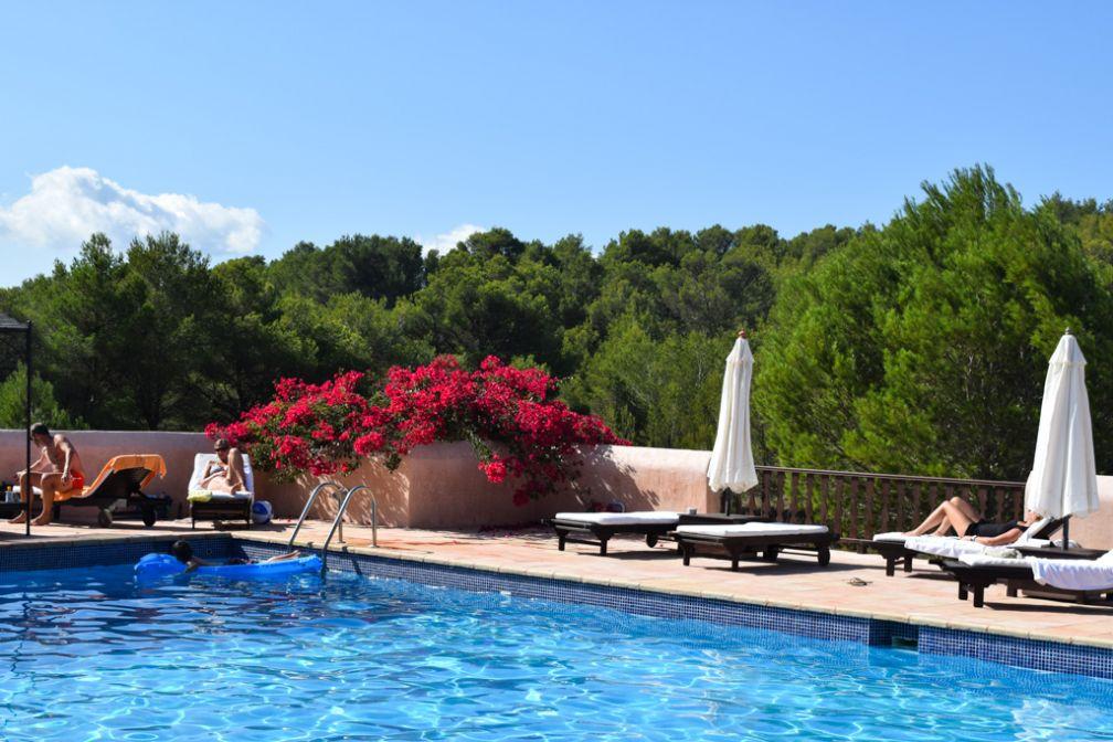 La belle piscine de l'hôtel, idéale pour les bains de soleil | © Yonder.fr