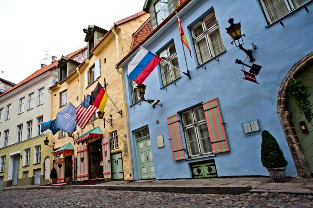La façade de l'hôtel : des maisons colorées typiques de la vieille ville et des drapeaux   © Hotel Schlössle