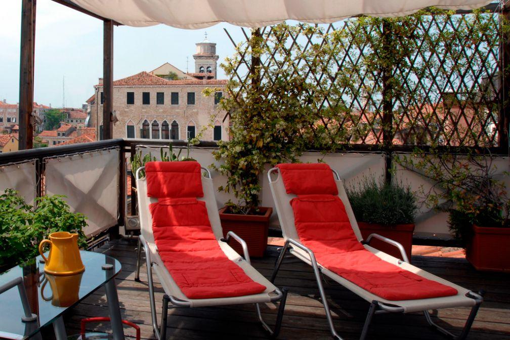 La terrasse rooftop et ses transats | © Ca' Pisani Hotel