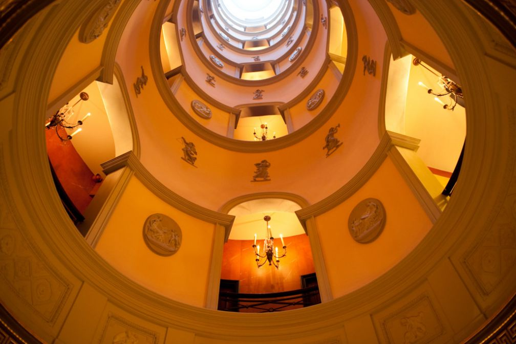 L'escalier en spirale, puits de lumière et symbole architectural de l'hôtel | © Amy Murrell