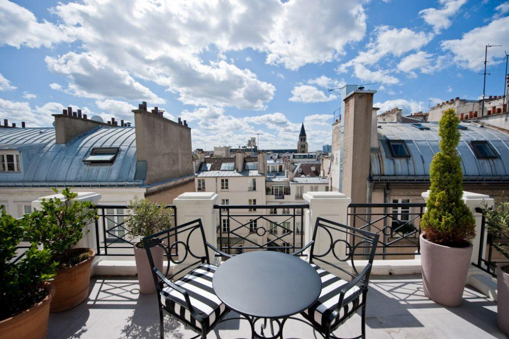 La terrasse de la Suite Cardinale dominant les toits du quartier | © Amy Murrell