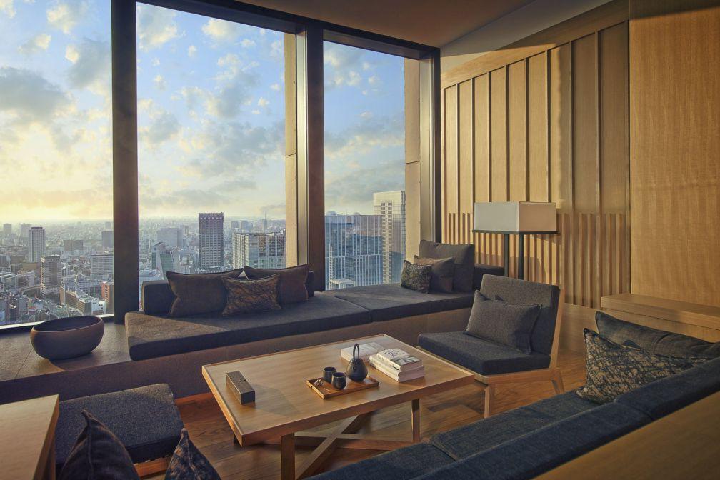 Coin salon d'une Premier Room avec vue sur Tokyo   © Aman Resorts
