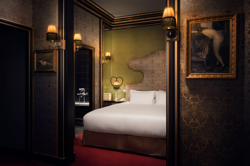 A l'intérieur d'une luxueuse Junior Suite de la Maison Souquet à Paris.