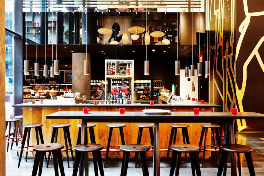 Le bar de la canteen, au cœur du lobby | © citizenM New York Times Square