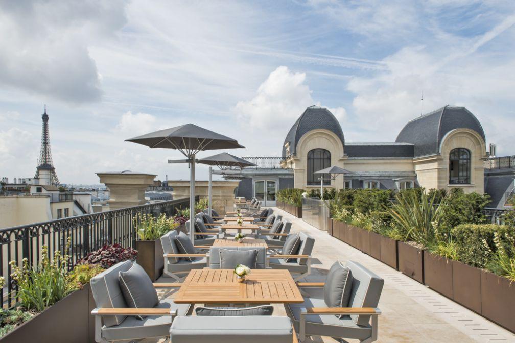 La terrasse rooftop attenante au restaurant gastronomique L'Oiseau Blanc, ouverte également l'après-midi pour le thé et en soirée façon bar | © The Peninsula Hotels