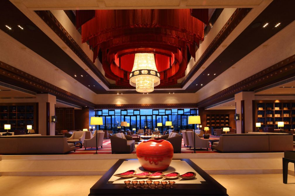 Le lobby et son fameux lustre en cristal drapé de rouge © 2014 Shangri-La International Hotel Management Ltd