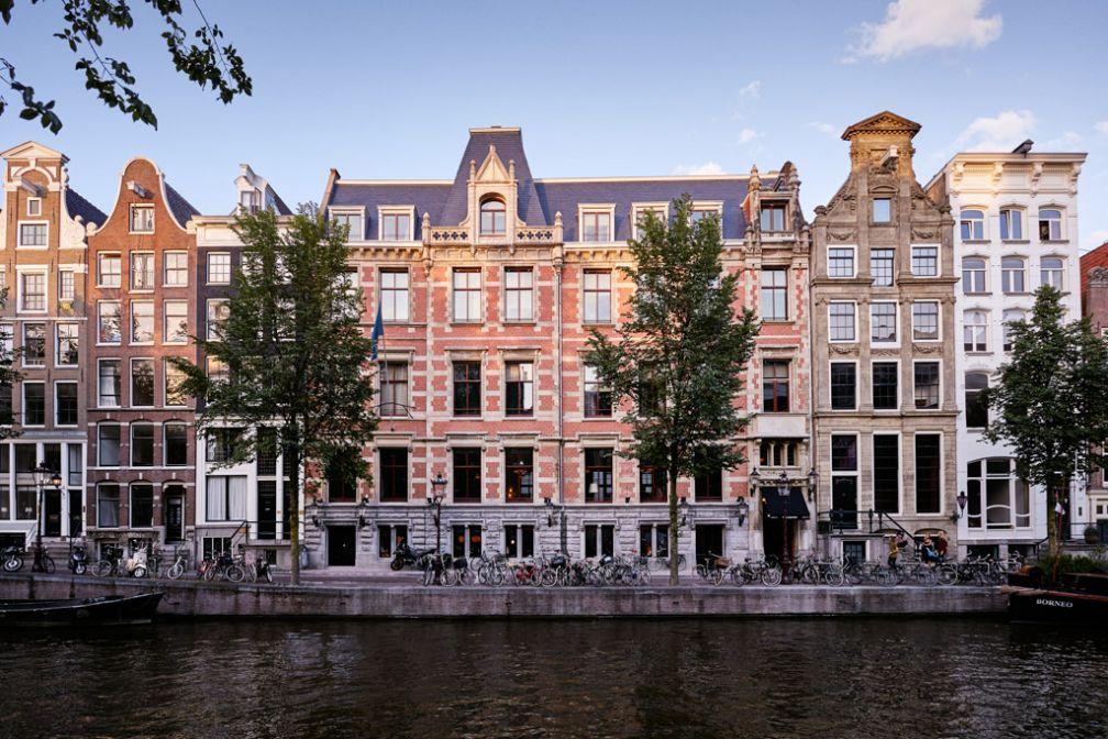 La demeure du 17ème siècle, les nouvelles portes du Hoxton Amsterdam, face à l'eau et aux vélos, signature amstellodamoise.
