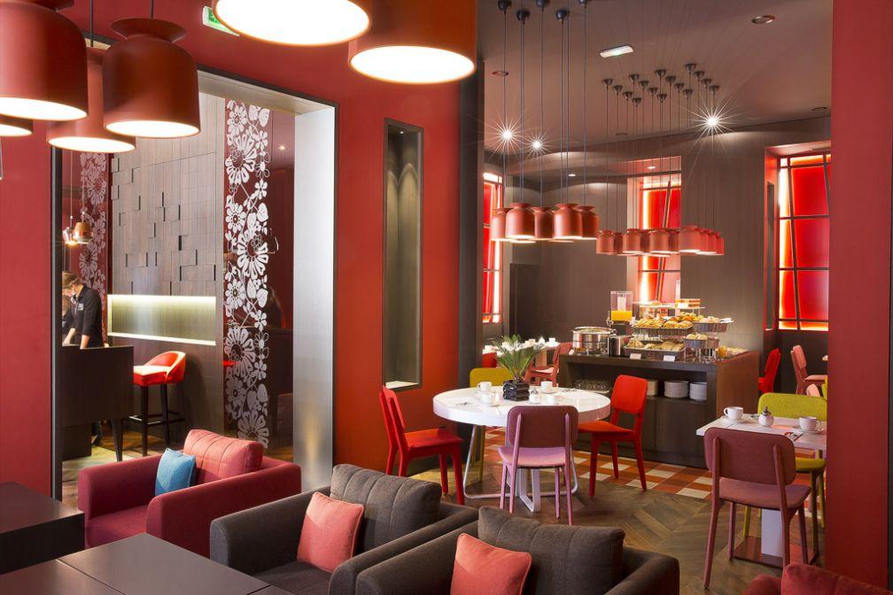 Le lounge qui prolonge la réception et derrière la salle de petit déjeuner.  | © Hôtel D