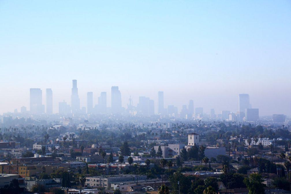 L'aube se lève sur Hollywood, une vue imprenable sur la ville offerte par le rooftop du Mama Shelter LA