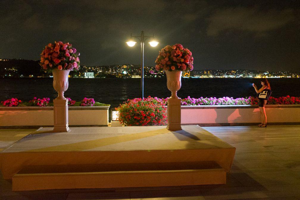 Bouquets disposés pour un mariage © Yonder.fr