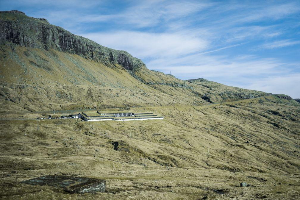 Les bâtiments de Mjørkadalur servaient autrefois de caserne et sont aujourd'hui utilisés comme unique prison des îles.