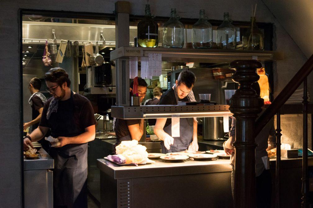 On le voit ici dans les cuisines de son restaurant, ouvert en 2014, Publiek © Yonder.fr