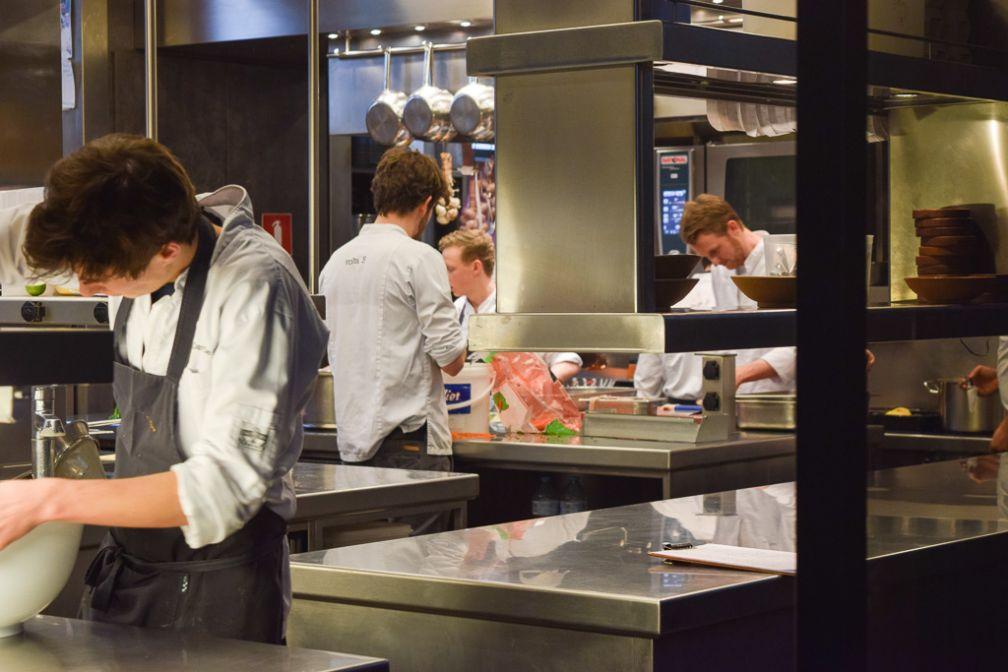 Au fond, Davy De Pourc, 27 ans seulement et chef de volta. Il est l'un des jeunes talents de la scène gastronomique gantoise © Yonder.fr