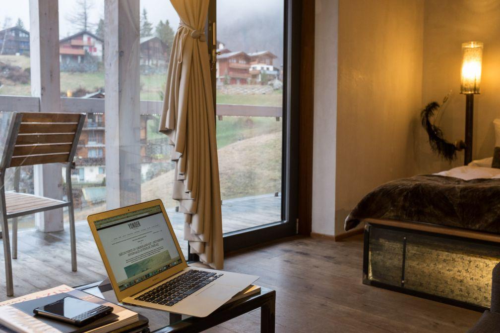 Notre chambre Supérieure (403) : ambiance cosy à l'intérieur tout en offrant une vue panoramique sur Zermatt. © Yonder.fr