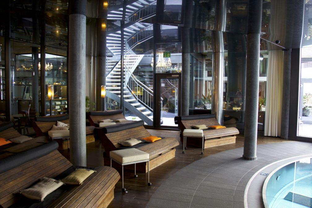 Espace généreux autour de la piscine intérieure. © Matterhorn Focus