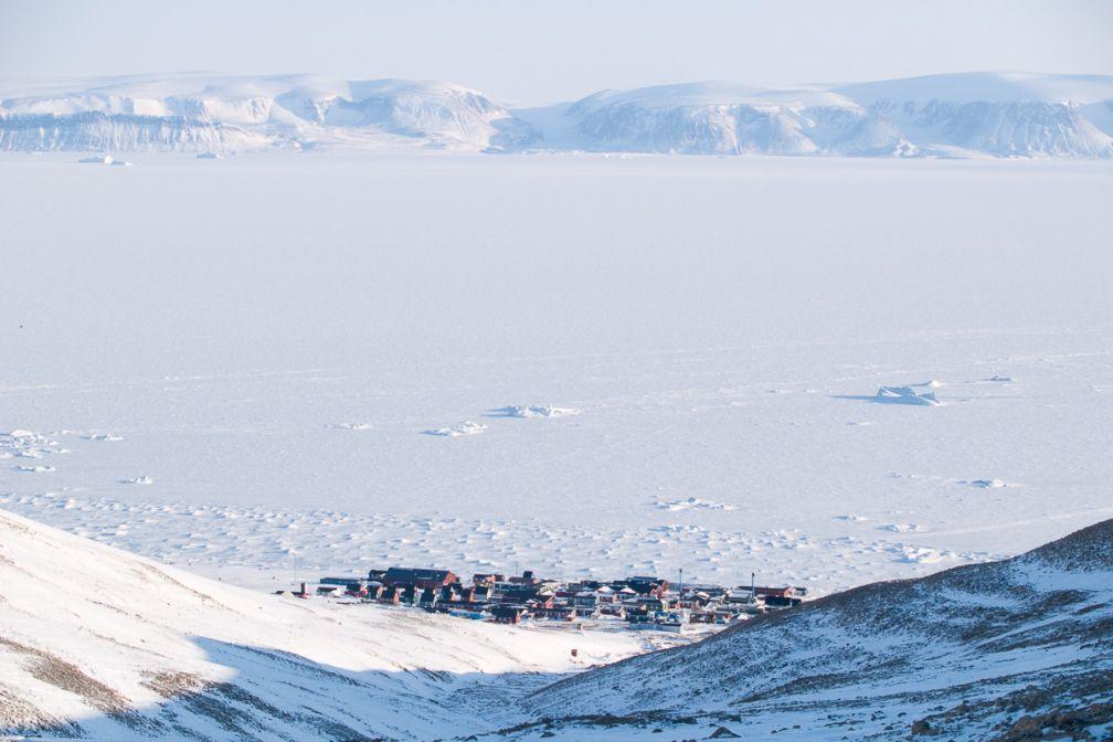 Vue de Qaanaaq depuis les collines qui dominent la ville.